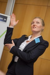 Lotte Feiser begrüßt die Gäste in Gebärdensprache