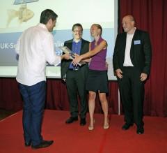 Marcus Geiss übergibt den von der Rhine Ventures GmbH ausgelobten Sonderpreis an myAssistants.