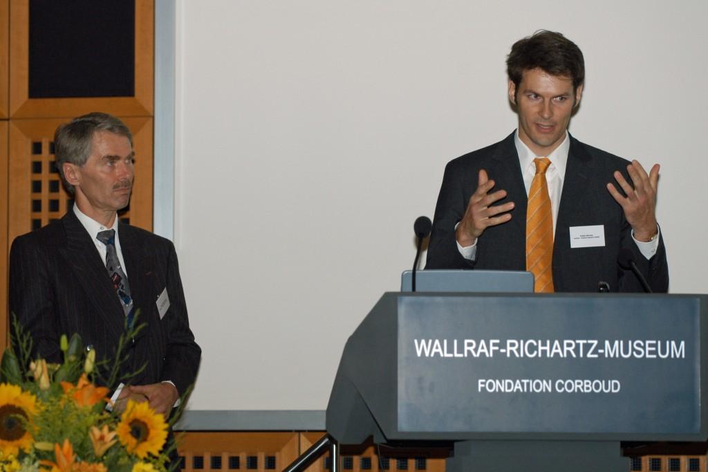 Stefan Wecker stellt auf der Abschlussfeier des NUK-Businessplan-Wettbewerbs 2004 die Idee vom Team medres vor.